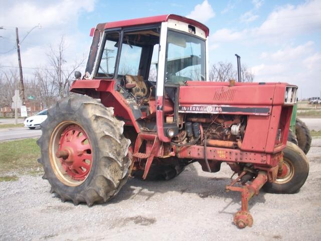 International Harvester (IH) 1586 Salvage Tractor At
