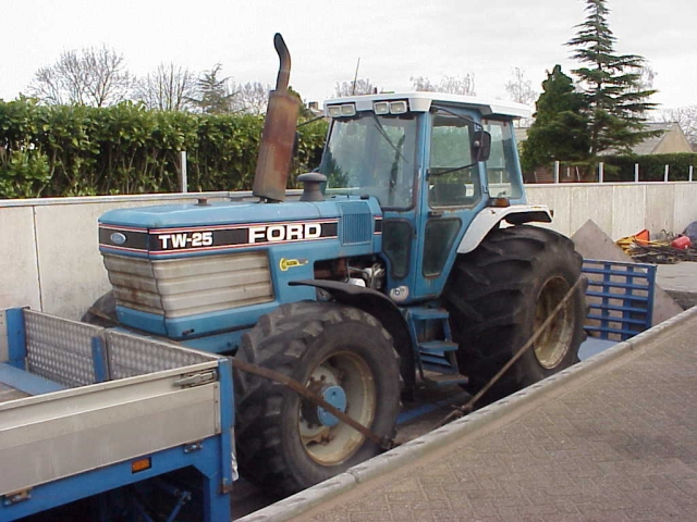 Ford - New Holland TW25 Picture 2